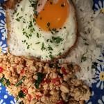 ザ ワールド キッチン&スポーツ - ガパオ(タイの定番)鶏肉のバジル炒めご飯