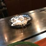 ステーキハウスれんが亭 - 牡蠣の準備