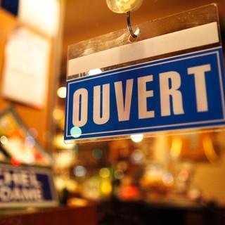 ドアを開けると、そこはまるでフランスのレストランバー