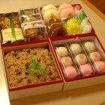 宝達山本舗 松月堂 - 結婚式のお祝い返し、内祝いに五色生菓子のセットはいかがですか?赤飯、焼き菓子の詰め合わせ、上用饅頭、お好みと予算で1段から4段重まで対応致します。
