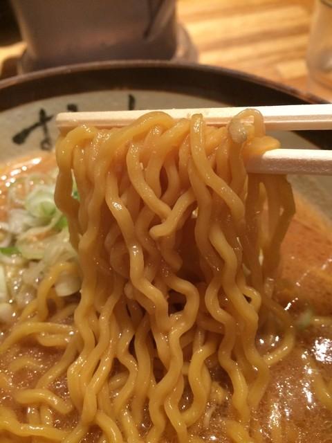 すみれ 札幌すすきの店 - 【2016年09月】味噌ラーメンの麺アップ、いかにも札幌!って感じの黄色系の中太縮れ麺です。