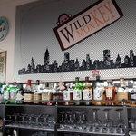 ワイルド・モンキー - カウンター席から見えるお酒の棚