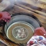 地獄蒸し工房 鉄輪 - 「地獄蒸し釜」からタコを取り出す、すっごい!