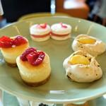 bills - パッションフルーツパブロバ  マシュマロサンドイッチ w/ ピーチゼリー、ローズ  フレッシュラズベリーチーズケーキ