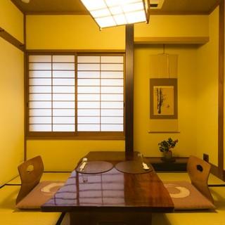 心ゆくまで食を楽しむ、落ち着いた雰囲気の個室があります