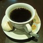 59183374 - ドリンクセットでブレンドコーヒーをチョイス。スプーンの先にお菓子が載っています。