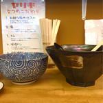 ヤキトンヤリキ - 普通盛りの丼と大盛の丼を比べてみました