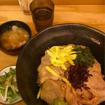 ヤキトンヤリキ - とりわさ丼大盛,豚汁サラダ付き