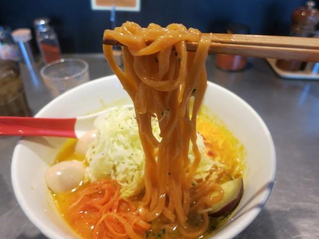 ソラノイロ Japanese soup noodle free style 本店 - パプリカを練りこんだという極太い平打ち麺。