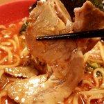 横浜家  - チャーシューは箸で摘むとポロポロに