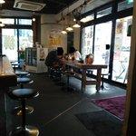 横浜家  - 採光よしの明るい店内