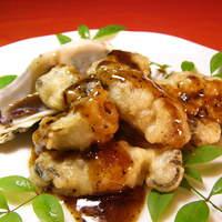 横浜中華街 福養軒 - 『牡蠣の黒豆煮』濃厚な牡蠣をフライにし、ヘルシーな黒豆ソースで仕上げております。旨みがぎっしり詰まった牡蠣のフライと黒豆ソースの絶妙な組み合わせを是非お楽しみ下さい。
