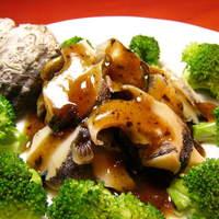 横浜中華街 福養軒 - 『サザエと黒豆の炒め』サザエの歯ごたえの黒豆の濃厚な味わい。迷った時には、こちらを注文されるお客様が多くいらっしゃいます。