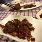 上海滴水洞 茂名南路店 - ウシガエルの足炒め 88元(1584円)                             辛さのパンチは相当きいていますが・・プリップリの肉質は鶏肉と白身魚の中間で旨味じゅうぶん。