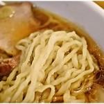 白河中華そば 孫市 - びろんびろんの平打ち麺。