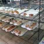 丸十ベーカリー - いろんなパンが並んでいました