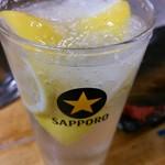 もつ焼 でん - レモンサワー(グラスの淵には、塩が付けられています( ̄ー ̄)ニヤリ)※写真は2杯めなので、半分しか残ってません。