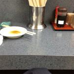 味一番 - 傾きがちなテーブル