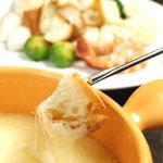 カーヴ 隠れや - チーズフォンデュ  本場スイスのグリエールチーズとエメンタールチーズのみを使った本格チーズフォンデュ★白ワインとの相性抜群◎  1200円~