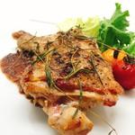 塊肉ステーキ&ワイン Gravy'sFactory - ローズマリー香る 骨付きガーリックチキン