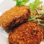 塊肉ステーキ&ワイン Gravy'sFactory - 牛肉たっぷりのミンチコロッケ