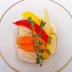 塊肉ステーキ&ワイン Gravy'sFactory - 彩り野菜のリンゴ酢ピクルス