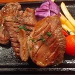 塊肉ステーキ&ワイン Gravy'sFactory - 厚切り牛タン