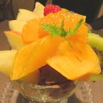 キャンベルアーリ- - ミックスフルーツパフェ。見るからに新鮮で、上質な切りたてのフルーツが素晴らしい!