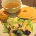 キャンベルアーリ- - あったかスープとサラダプレートランチ1,380円。