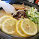 ラーメン花道 - レモンラーメン600円。通常の豚骨ラーメンにレモンスライスをのせたものです。       お好みで、レモンスライスを絞りながら食べます。