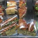 オー・ボン・サンドイッチ ビゴ - 美味しそうなサンドイッチが色々並んでいます。