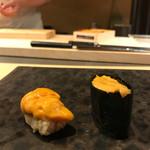 天鮨 - 雲丹食べ比べ(右ムラサキウニ、左バフンウニ)