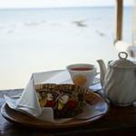浜辺の茶屋 - たっぷり野菜のカンパーニュサンド (¥550)、琉球花紅茶 HOT (¥500)