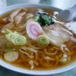 59239729 - ラーメン(\550税込み)どんぶりはやや残念なメラニンですが、スープと麺の仕上げはなかなかです(^^)