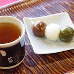 御菓子司 中村軒 - 三色だんごとほうじ茶