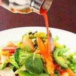 ハモンハモン&ヴォーノヴォーノ - 三浦野菜をたっぷり使ったサラダ