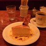 パパジョンズカフェ - アップタウンチーズケーキ ソース掛け
