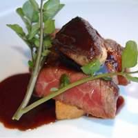 スコルピオーネ 吉右 - 炭火焼きにした京都牛イチボ肉タリアータ トリュフと赤ワインのソース