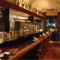 スコルピオーネ 吉右 - ライブ感あるオープンキッチンのカウンター席は、目の前で次々と料理が出来上がるのをお楽しみいただけます。