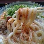 丸亀製麺 - 七味唐辛子を大量投入