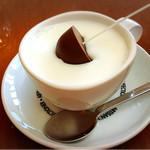 T2の菓子工房 - ミルクにチョコレートを溶かしながらマゼマゼします
