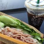 スターバックス・コーヒー - アイスコーヒーとハニーハム&チェダーチーズサンド
