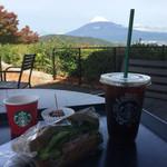 スターバックス・コーヒー - 料理写真:アイスコーヒーとサンドイッチ