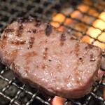 肉のすずき - 2016.11 溶岩石を敷いたガスロースターで和牛特選タンを焼いています
