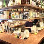 天手毬 - カウンター席で気軽に立ち寄れるお店です。ずらりと並んだお酒もご覧ください!