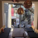 サニー ストア&カフェ - 印象的なペンダントライトとキャットストリートが見渡せるソファー席