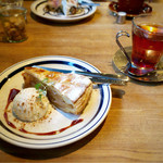 カフェ・ハクタ - アップルパイ バニラアイス添え(季節限定) 600円
