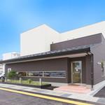 大場養蜂園cafe38 - 入口の右側に、駐車場があります。