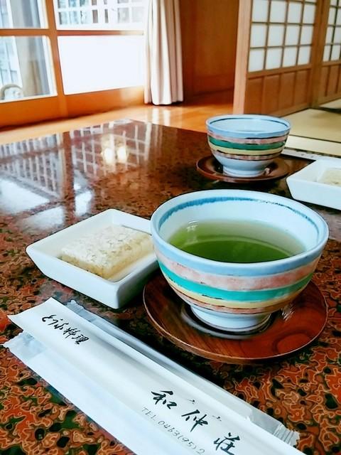 和仲荘 - 最初に濃いめのお茶とお豆腐の寒天寄せ