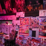 プロレス道場 - プロレスラーのサインや興行予告のポスターがびっしり貼られています。